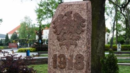 Ostrów Mazowiecka - Lekko zmodyfikowany obelisk wrócił pod Dąb Wolności znajdują