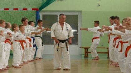 Ostrów Mazowiecka - Kilkudziesięciu adeptów Klubu Karate Kyokushin Ronin przystą