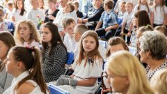 Ostrów Mazowiecka - Wczoraj wakacje rozpoczęli najstarsi uczniowie Szk