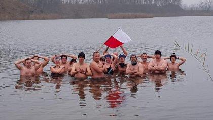 Ostrów Mazowiecka - Kilkunastu morsów z Ostrowi Mazowieckiej wzięło udział w nie