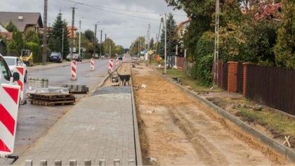 Ostrów Mazowiecka - Na ulicy Warszawskie powstają nowe chodniki i ścieżka rowero
