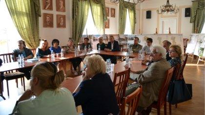 Ostrów Mazowiecka - Burmistrz Jerzy Bauer zaprosił do sali konferencyjnej urzędu