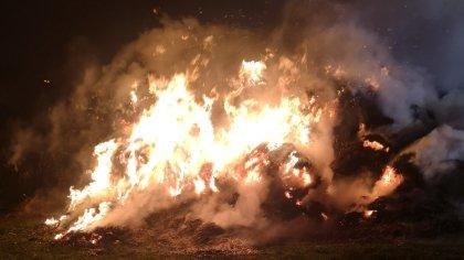 Ostrów Mazowiecka - Do pożaru bel słomy przy ulicy Złotych Kłosów w Ostrowi Mazo