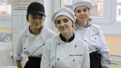 Ostrów Mazowiecka - Uczniowie i nauczyciele Technikum Gastronomicznego Zespołu S