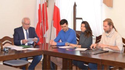 Ostrów Mazowiecka - W brokowskim urzędzie gminy burmistrz Marek Młyński podpisał