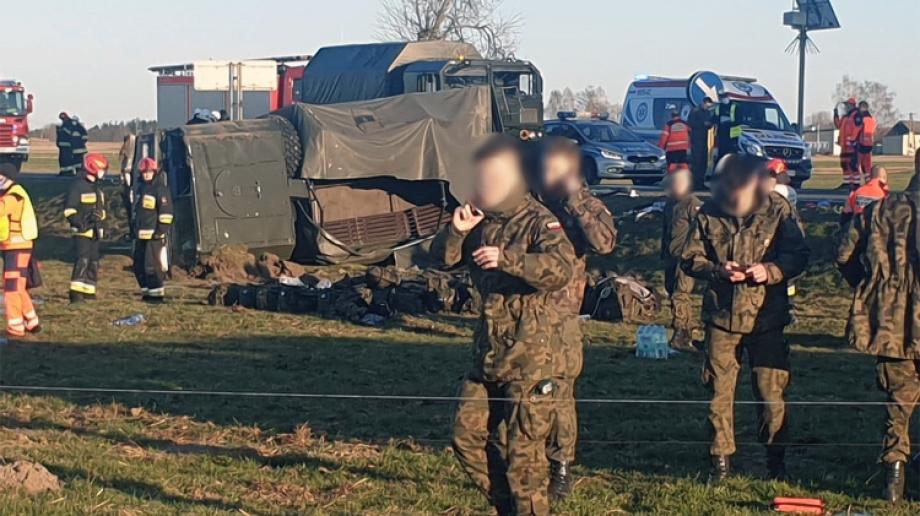 Ostrów Mazowiecka - Ponad 20 żołnierzy podróżowało ciężarówką, która wypadła z d