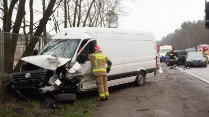 Ostrów Mazowiecka - Do zderzenia dwóch samochodów osobowych, busa oraz samochodu