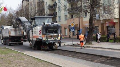 Ostrów Mazowiecka - Na ulicę 3 Maja wjechał ciężki sprzęt oraz swoją pracę rozpo