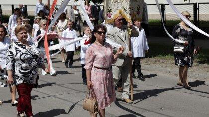 Ostrów Mazowiecka - Wierni ostrowskich parafii uczestniczyli w procesjach Bożego