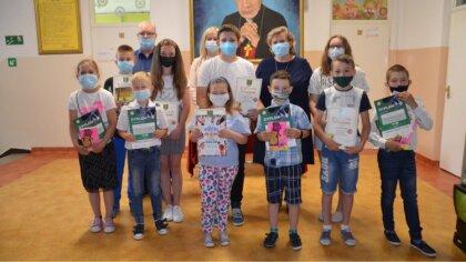 Ostrów Mazowiecka - W szkołach podstawowych na terenie gminy Małkinia Górna wręc