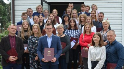 Ostrów Mazowiecka - Wójt Bożena Kordek nagrodziła 13 najlepszych uczniów ze szkó